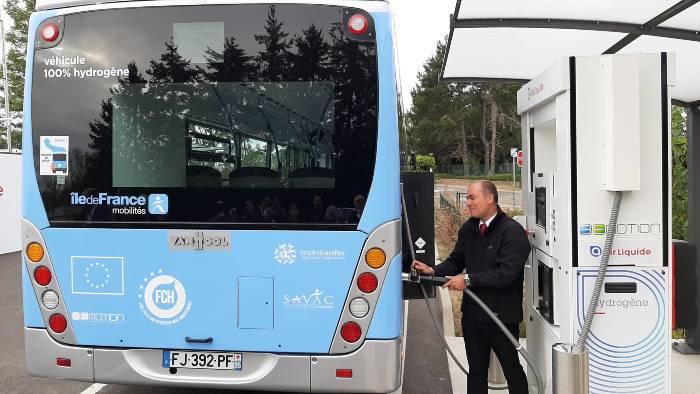 Recharge d'un bus hydrogène (C) Île-de-France Mobilités et RATP