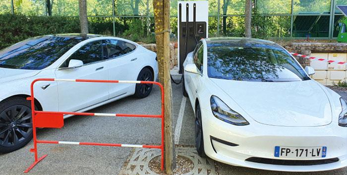 Modèles Tesla en charge