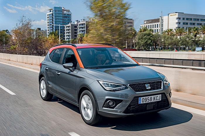 Le Seat Arona renonce au diesel cet automne à l'occasion de son restylage et se concentre sur l'essence. L'accès à la gamme se constitue du 3-cyl. 1.0 EcoTSI de 95 ch/127 g à 16 900 euros en Référence et 21 390 euros en Style Business.
