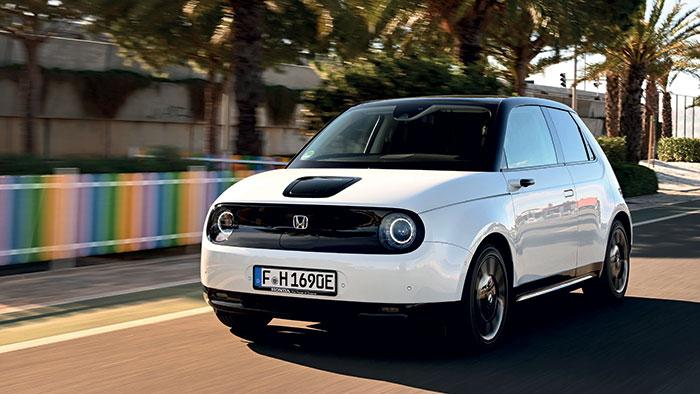 La version de la Honda e en 136 ch est commercialisée à 35 060 euros pas moins, alors que la version sportive Honda e Advance de 153 ch débute à 38 060 euros ! La recharge à 80 % sur une borne de 50 kW s'effectue en trente minutes.