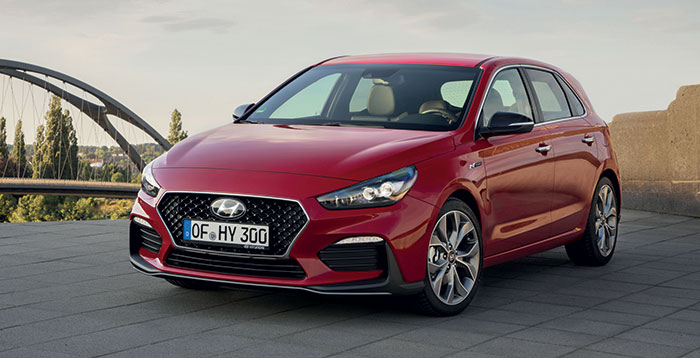 La Hyundai i30 mise sur l'hybridation de 48 V avec le 3-cyl. essence de 120 ch 1.0 T-GDi boîte manuelle à 121-134 g (24 300 euros en Intuitive). La finition Business est réservée au 1.6 CRDi de 115 ch à 122 g (27 800 euros en 5 portes, + 1 000 euros en break et 121 g).