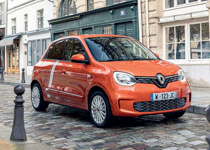 Sur la Renault Twingo Electric, la batterie de 21,4 kWh affiche, en mixte WLTP, une autonomie de 190 km pour 16 kWh/100 km. Le chargeur embarqué Caméléon offre une recharge complète en 1 h 30. Le prix débute à 21 350 euros.