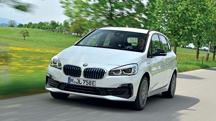 Chez l'allemand BMW, la Série 2 Active Tourer (4,34 m de long) peut s'enorgueillir d'avoir été la première de la gamme à s'équiper de l'hybridation rechargeable de 220 ch en 225xe à 38-46 g, pour 42 250 euros en Business Design.