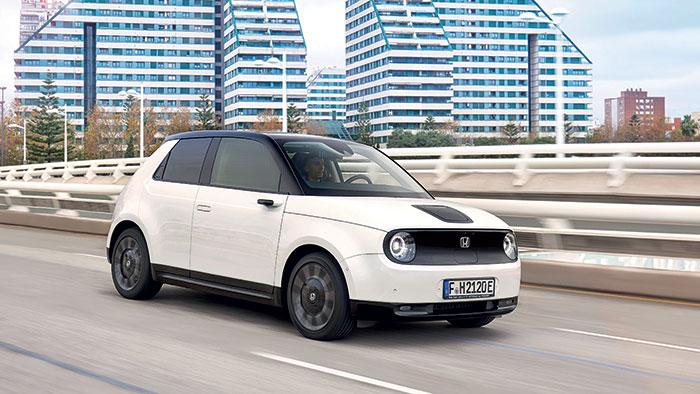 La petite Honda e (3,89 m de long) veut faire des étincelles avec ses deux puissances tirées du même moteur électrique : 136 ch (35 060 euros) ou 153 ch (38 060 euros). La petite batterie de 35,5 kWh ne peut assurer que 222 km d'autonomie mixte.