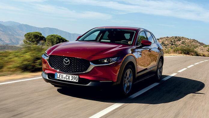 Chez Mazda, le SUV CX-30 (4,40 m de long) fait valoir en finition Business Executive son 2.0 essence Skyactiv X à hybridation de 24 V en 186 ch à 127 g seulement en boîte manuelle (31 800 euros), ou à 137 g en boîte auto (33 800 euros).