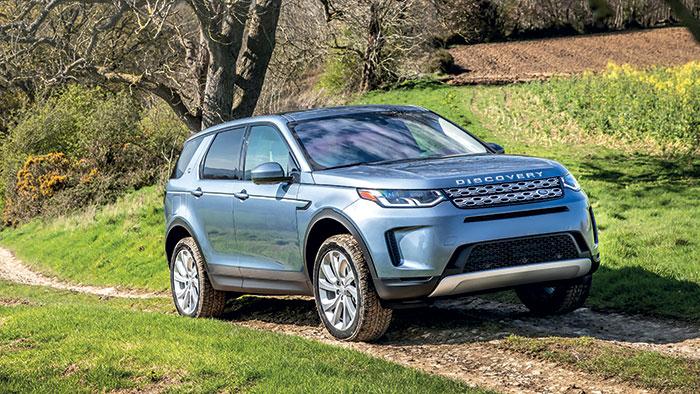 Chez Land Rover, le Discovery Sport 4x4 (4,60 m de long) fait valoir son hybridation rechargeable avec le 3-cyl. essence et son moteur électrique. Le tout développe 309 ch et 540 Nm pour 44 g et 64 km d'autonomie. Le prix débute à 51 860 euros.