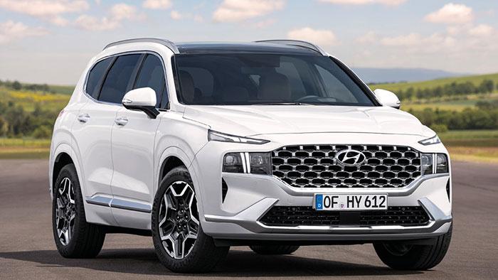 Hyundai s'invite dans le haut de gamme avec son récent Santa Fe. Celui-ci débute à 41 900 euros en full hybrid 1.6 T-GDi FHEV de 230 ch/144 g, complété par sa version hybride rechargeable 1.6 T-GDi PHEV de 265 ch/40 g à 53 800 euros.