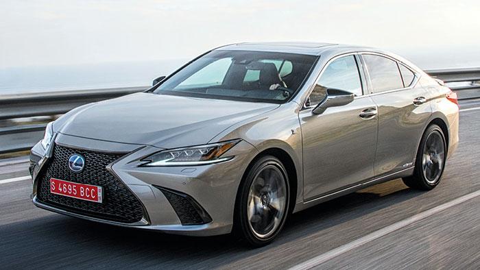 Lexus ne s'embarrasse pas d'une palette de motorisations trop large. Sa berline ES, totalement revue en 2019 sur la base de la Camry de Toyota, n'offre qu'une seule motorisation FHEV hybride de 300 ch ; celle-ci pointe à 119 g pour 49 990 euros.