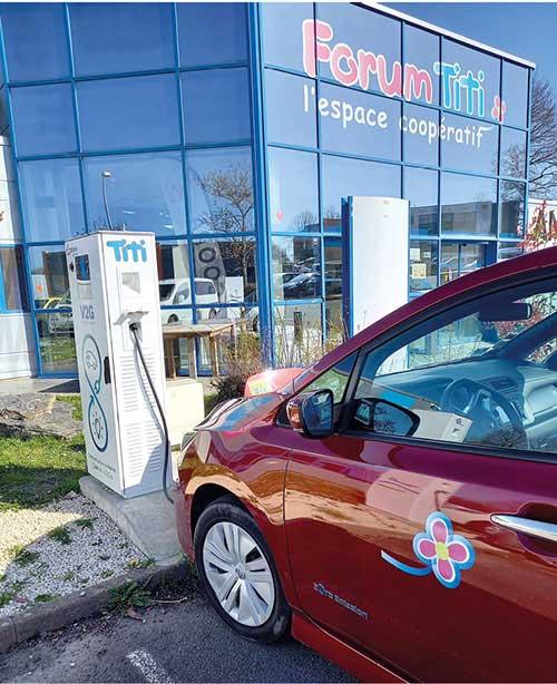 Dans le cadre d'un test avec le prestataire Dreev, Titi Floris a installé quatre bornes V2G sur le parking de ses locaux. Pour ce spécialiste du transport de personnes, le gain lié aux bornes V2G est évalué à une quinzaine d'euros par mois