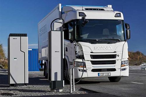 Camion électrique Scania rechargeant sur une borne EVBox d'Engie