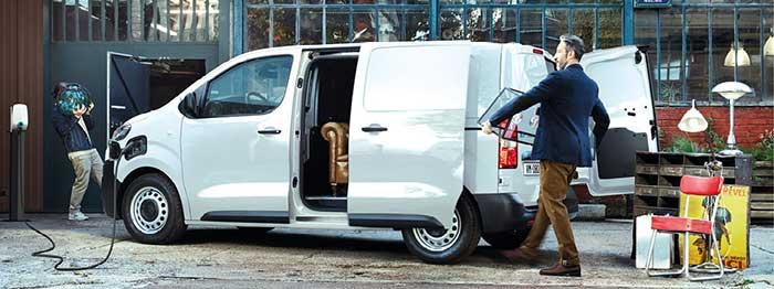 Le Citroën ë-Jumpy aux électrons se décline en fourgon Club M (5,3 m3) à 36 100 euros avec une batterie de 50 kWh et à 41 100 euros avec celle de 75 kWh. En XL de 6,1 m3, comptez 36 800 euros en 50 kWh et 41 800 euros en 75 kWh.