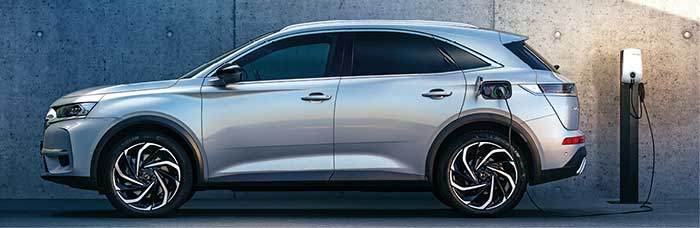 Le DS 7 Crossback débute avec le 1.2 turbo-essence de 130 ch/143 g, en boîte auto uniquement, à 38 300 euros. La motorisation hybride rechargeable est aussi au rendez-vous en 225 ch/31 g à 50 050 euros et en 300 ch/30 g à 56 300 euros.