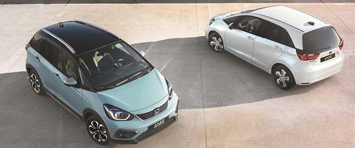 La Honda Jazz est emmenée par un 1.5 essence i-MMD de 97 ch, aidé par les 107 ch cumulés des deux moteurs électriques, l'un pour la propulsion, l'autre comme générateur alimentant la batterie. L'ensemble développe 109 ch à partir de 102 g et de 21 990 euros.