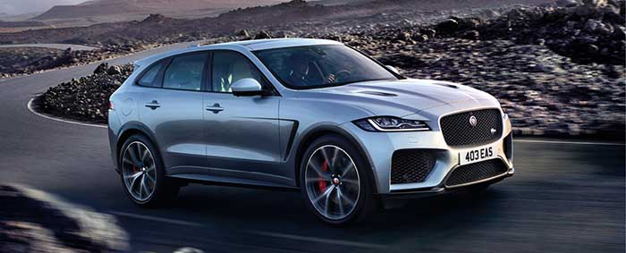Jaguar et Land Rover partagent plate-forme et motorisations. Le Jaguar F-Pace (4,75 m de long) P400e PHEV de 404 ch/49-57 g débute à 72 290 euros ; le cousin Range Rover Velar (4,80 m) P400e PHEV de 404 ch/49-58 g démarre à 71 900 euros.