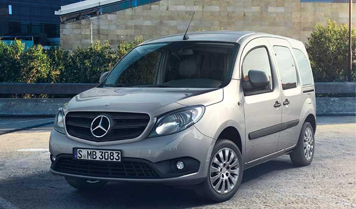 La prochaine génération du Mercedes Citan sera commercialisée début 2022. Pour l'heure, la gamme de cet utilitaire débute avec le 108 CDI de 75 ch à 19 675 euros, suivi par le 109 CDI de 90 ch à 20 020 euros et le 111 CDI de 116 ch à 20 945 euros.