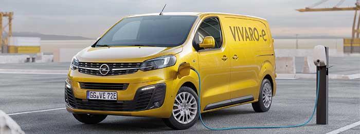 L'Opel Vivaro-e électrique se décline en L1 e-200 (4,60 m de long) en 136 ch et avec une batterie de 50 kWh à 33 220 euros. Le L2 e-200 (4,95 m) pointe à 33 720 euros en 50 kWh ; en L2 e-300 avec une batterie de 75 kWh, comptez 38 720 euros.