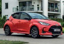 La Toyota Yaris version essence se décline en deux puissances, l'une de 70 ch/127-130 g à 18 250 euros, et l'autre de 120 ch/122-125 g à 19 450 euros. La Yaris Hybride développe 116 ch/87-98 g pour un prix débutant à 21 950 euros.